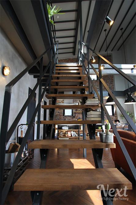 ZERO-CUBE WAREHOUSE(ゼロキューブ ウェアハウス) スチール階段写真