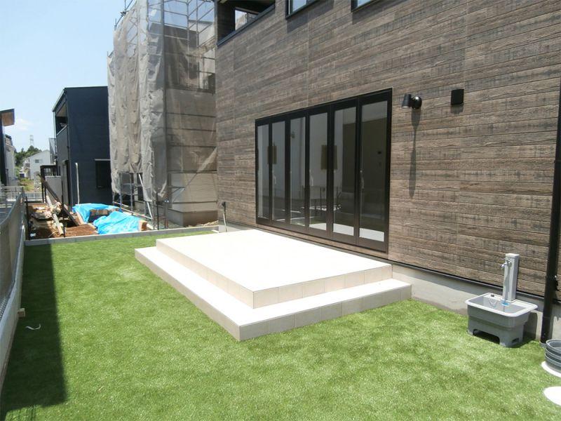 タイルデッキと人工芝付きのお庭