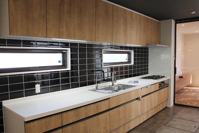 ゼロキューブ(ZERO-CUBE)お施主様施工事例 黒のタイル張りキッチン