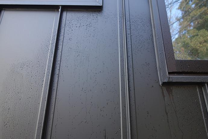 ゼロキューブ(ZERO-CUBE)のガルバリム鋼板の外壁を水で洗い流した後の写真