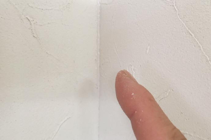 余分なコーキング剤を指で拭き取る