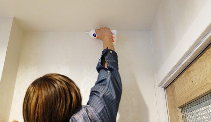天井なども同様にコーキング剤を塗っていく