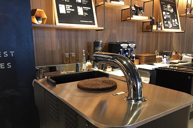 スターバックス リザーブ® バー(STARBUCKS RESERVE® BAR) コーヒー抽出中