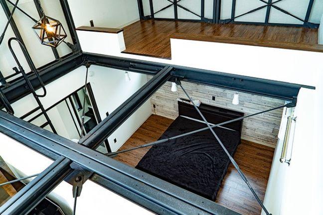 DAYTONA HOUSE(デイトナハウス)ガレージアパートメント「GLB」2Fルームとダイナソーボーン(らせん階段)