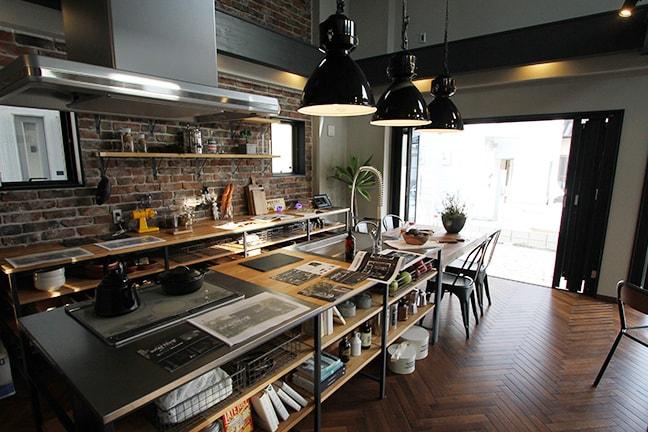 ゼロキューブウェアハウス(ZERO-CUBE WAREHOUSE) 巨大ペンダントライトとキッチン