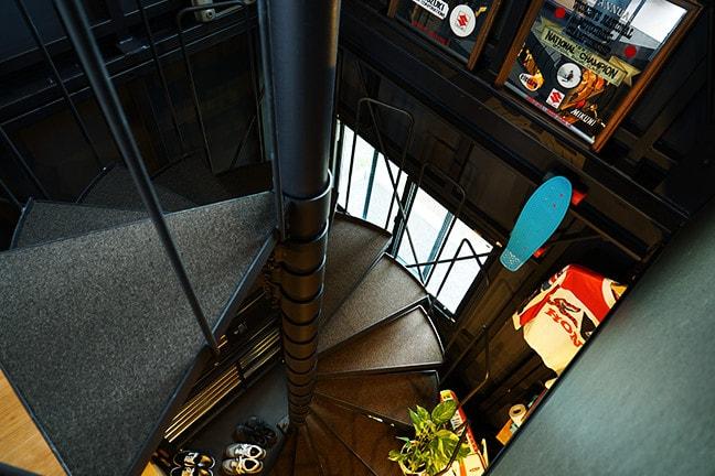 DAYTONA HOUSE(デイトナハウス)ガレージアパートメント「GLB」足立 BLACK HANGAR 2315 ダイナソーボーン(らせん階段)