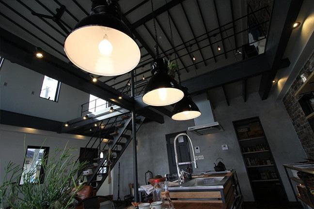 ゼロキューブウェアハウス アートワークスタジオの照明。特注巨大ペンダントライト