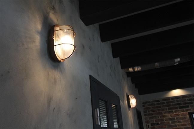 ゼロキューブウェアハウス アートワークスタジオの照明マリンランプ